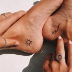 Piccoli tatuaggi onda e sole