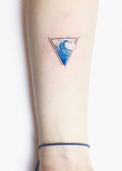 Tatuaggio onda del mare in un triangolo