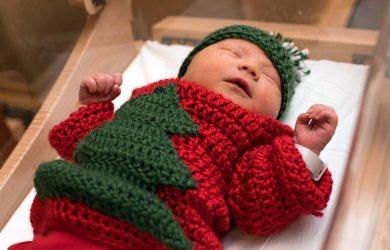 Ospedale veste bimbi con maglioni di natale brutti ma adorabili