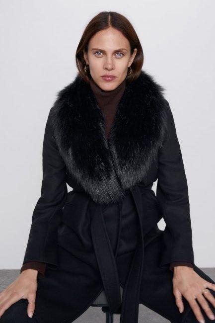 Cappotto a vestaglia nero con collo di pelliccia Zara