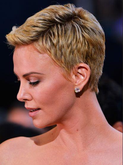 Taglio capelli cortissimi Charlize Theron