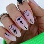 Nail art con simboli geometrici 2020
