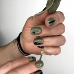 Nail art minimalista verde militare e nera moda unghie 2020